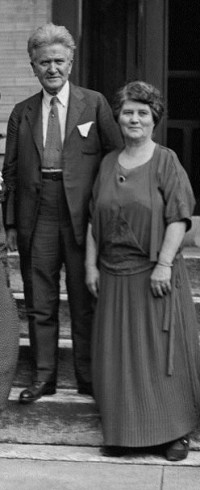 Bob and Belle La Follette campaigning in 1924 (LC-DIG-npcc-11937)