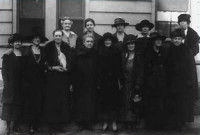 La Follette (front row, third from R) in WILPF (LC-USZ62-64236)